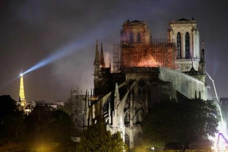 YouTube принял горящий собор Парижской Богоматери за фейковое видео, связанное с терактами 11 сентября