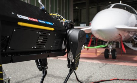 Итальянские инженеры разработали четвероногого робота HyQReal, которому под силу отбуксировать самолет