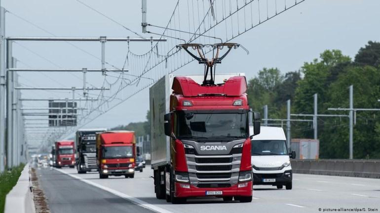 """В Германии открыли первый """"электрический автобан"""" для грузовиков с токосъемниками"""