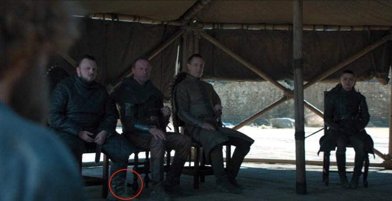 HBO cнова оплошал. В финальной серии «Игры престолов» проглядели (дважды!) пластиковую бутылку с водой