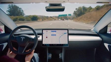 Consumer Reports: Tesla Autopilot небезопасно меняет полосу движения автомобиля, в том числе, с нарушением ПДД