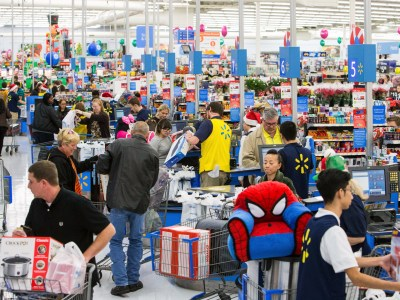 Walmart установил в ряде магазинов своей сети умные системы видеонаблюдения, оповещающие персонал магазина о случаях, когда тот или иной товар проходит кассу без сканирования