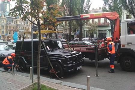 В Киеве наконец-то начали штрафовать нарушителей и эвакуировать неправильно припаркованные автомобили