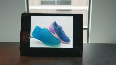 Adobe разработала прозрачный экран, который может выводить непрозрачные изображения