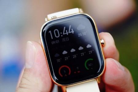 Реальные фото умных часов Huami Amazfit GTS позволяют оценить сходство между китайской новинкой и бестселлером Apple