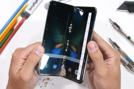 JerryRigEverything испытал на прочность обновленную версию сгибающегося смартфона Samsung Galaxy Fold, а производитель попросил быть аккуратнее с новинкой [видео]