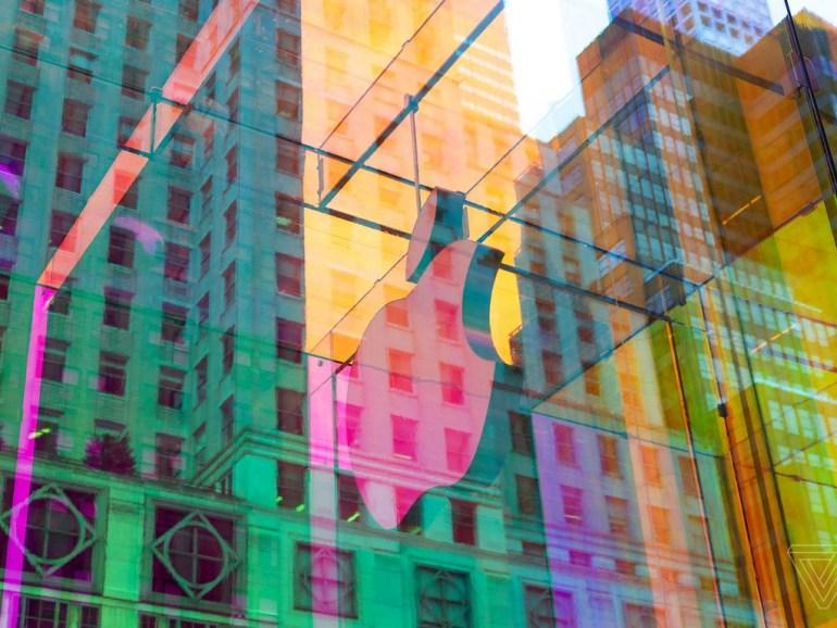 Фотогалерея дня: переливающийся всеми цветами радуги флагманский магазин Apple на Пятой авеню