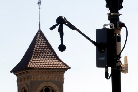 Париж тестирует «шумовые радары», которые будут штрафовать слишком громкие автомобили