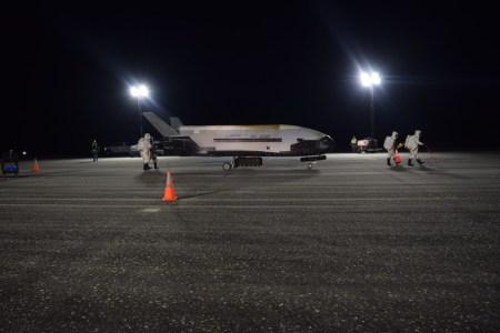 Беспилотный космоплан ВВС США X-37B вернулся на Землю после рекордно длительного полета (780 дней на орбите)