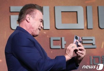 Арнольд Шварценеггер пришел на премьеру нового «Терминатора» с iPhone 11 Pro в том самом чехле с молодым собой из «Коммандо»