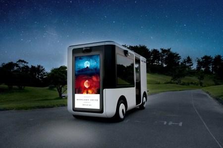 Sony и Yamaha выпустили беспилотный микроавтобус Sociable Cart SC-1, который показывает пассажирам тематические фильмы, а окружающим — рекламу