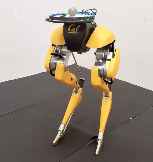 Двуногий робот Cassie научился чеканить мячик