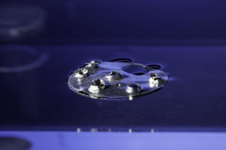 Наногравировка сделала структуру, состоящую из двух металлических пластин, «непотопляемой»