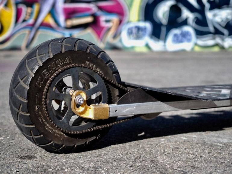 «Мечта любого тинейджера»: двухколесный электроскейт Speedboard разгоняется до 48 км/ч