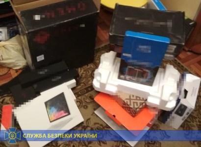 СБУ разоблачила хакерскую группировку, которая девять лет покупала за рубежом технику краденными картами и перепродавала в Украине. Сумма ущерба — 4,5-6,3 млн долларов