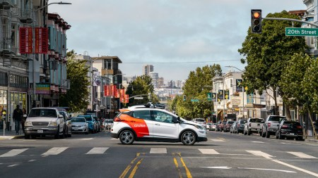 Экс-президент GM: «Будущее автотранспорта — за электрическими роботакси»