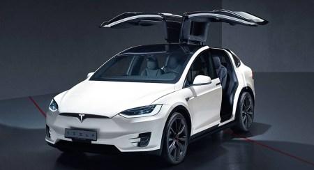 «Форсаж» в реальной жизни. Посмотрите, как Tesla Model X эффектно перепрыгивает через «лежачего полицейского»
