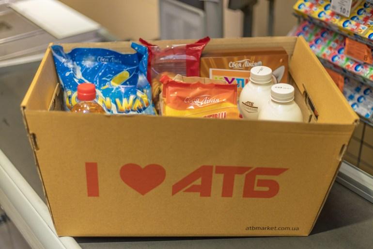 Сеть магазинов АТБ предложила покупателям заменить пластиковые пакеты на экологичные картонные ящики для покупок