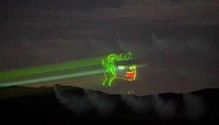 Лазерный проектор вывел изображение на аэрозольный экран, который распылили в воздухе дроны