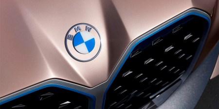 Компания BMW представила свой новый логотип