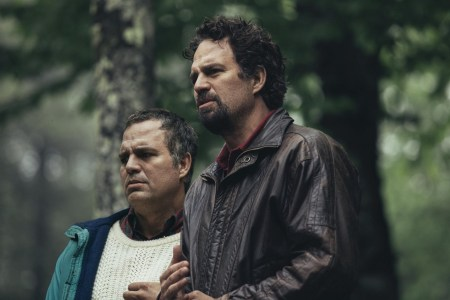 Телеканал HBO опубликовал дебютный тизер драматического мини-сериала I Know This Much Is True, в котором актер Марк Руффало сыграл двух братьев-близнецов