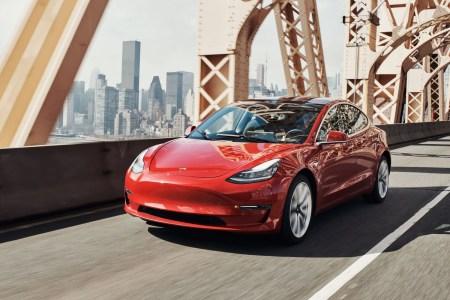 Tesla Autopilot скоро будет распознавать сигналы светофора и должным образом реагировать на них