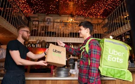 Uber Eats вводит в Украине «антикоронавирусные» меры: бесплатная и бесконтактная доставка, отказ от регистрационных сборов, чаевые курьерам