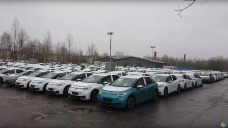 Volkswagen складирует собранные электромобили VW ID.3 на открытых площадках в ожидании финальной версии ПО, вся первая партия в размере 30 тыс. штук будет доставлена покупателям одновременно