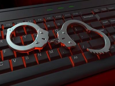 Киберполиция выявила двух жителей Броваров, которые без разрешений продавали антисептики через Telegram. Им грозит штраф до 34 тыс. грн