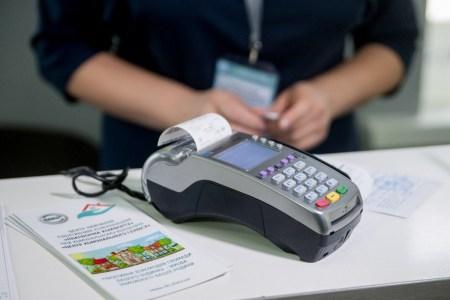 «ПриватБанк» отказался от обязательных бумажных чеков в POS-терминалах, что позволит сэкономить до 24 млн грн в год и улучшить экологию