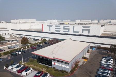 Илон Маск открыл завод Tesla в Калифорнии вопреки запрету властей и заявил, что готов к аресту