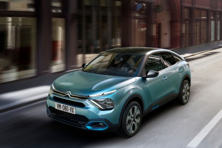 Серийный электромобиль Citroen ë-C4 представлен официально, он получил двигатель на 100 кВт и батарею на 50 кВтч с запасом хода 350 км и восьмилетней гарантией