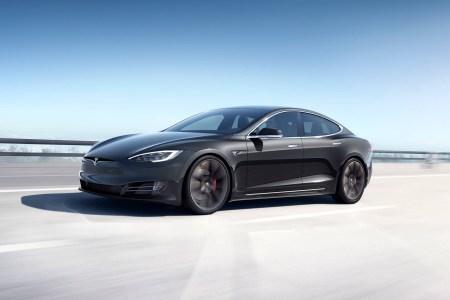 Украинец ввез в страну Tesla Model S, вдвое занизив его стоимость. Суд постановил изъять электромобиль в пользу государства и наложить штраф в размере 1 млн грн