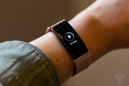Регулирующие органы ЕС пристально изучают покупку Fitbit компанией Google