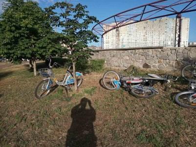 Сегодня ночью вандалы повредили сразу 15 прокатных велосипедов Bikenow на Троещине, причинив ущерб в размере 25 тыс. грн