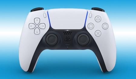 Контроллер DualSense для PS5 получил более комфортную форму и прирост автономности на 3-4 часа. Старый DualShock 4 нельзя будет использовать с играми нового поколения