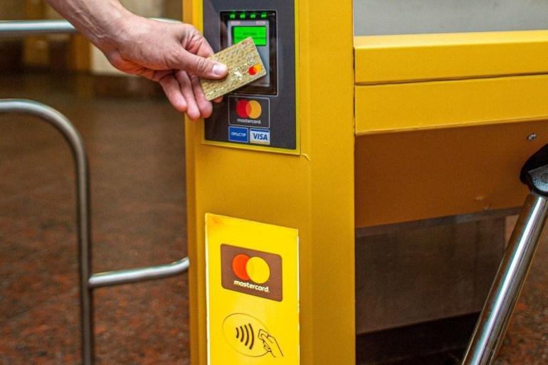 В метро Днепра запустили бесконтактную оплату проезда банковской картой, смартфоном или другим NFC-устройством