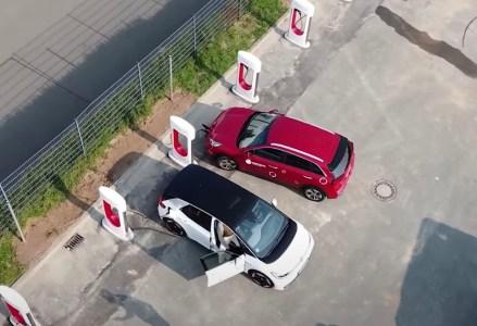 Из-за ошибки Tesla бесплатно заряжала электромобили других производителей на своих новых зарядных станциях Supercharger