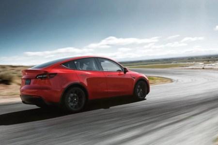 Из кроссовера в кабриолет. У новой Tesla Model Y на полном ходу отклеилась панорамная крыша (но к этой истории есть вопросы)
