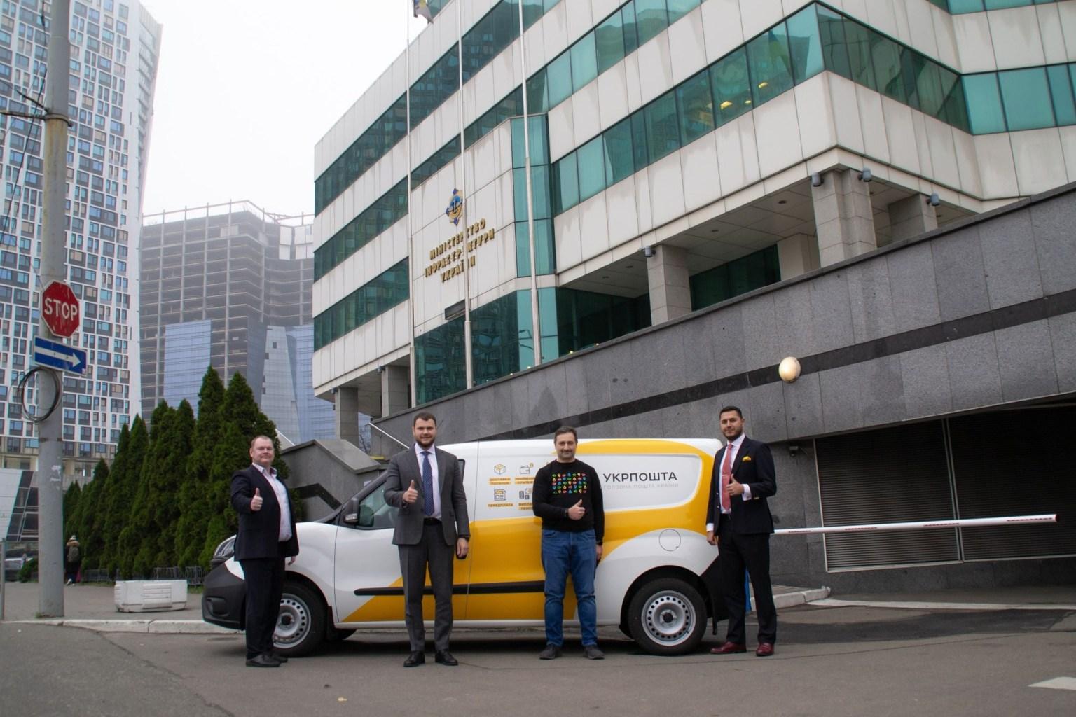«Укрпошта» и ЕБРР подписали кредитное соглашение на 63 млн евро — деньги пойдут на строительство новых сортировочных центров и покупку 1900 автомобилей для мобильных почтовых отделений