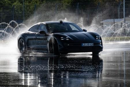 Электромобиль Porsche Taycan проехал 42 км в непрерывном дрифте, попав в «Книгу рекордов Гиннесса» [видео]