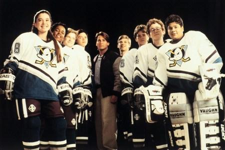 Сериал «The Mighty Ducks: Game Changers» выйдет в Disney+ 26 марта, к роли Гордона Бомбея вернется Эмилио Эстевес [трейлер]