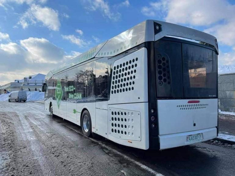 КМДА: У Києві почали випробування білоруського електробусу МАЗ-303Е - він має батарею на 285 кВтг, запас ходу 300 км та коштує 15 млн грн