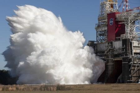 NASA и Boeing провели стендовые огневые испытания центрального блока для сверхтяжелой ракеты SLS