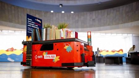 Нова пошта і Postmen випустили робота-бібліотекаря «НП Лукаш», який допомагає підібрати книжку відвідувачам експозиції «Леся Українка: 150 імен»