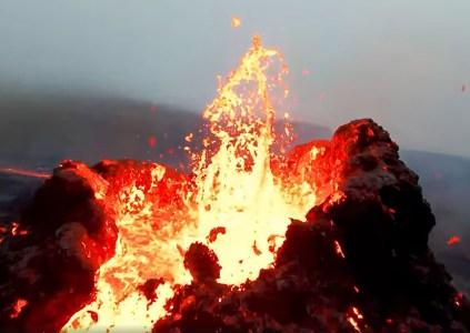 Полёт над жерлом вулкана: пилот дрона снял извержение Фаградалсфьяль с близкого расстояния от кратера