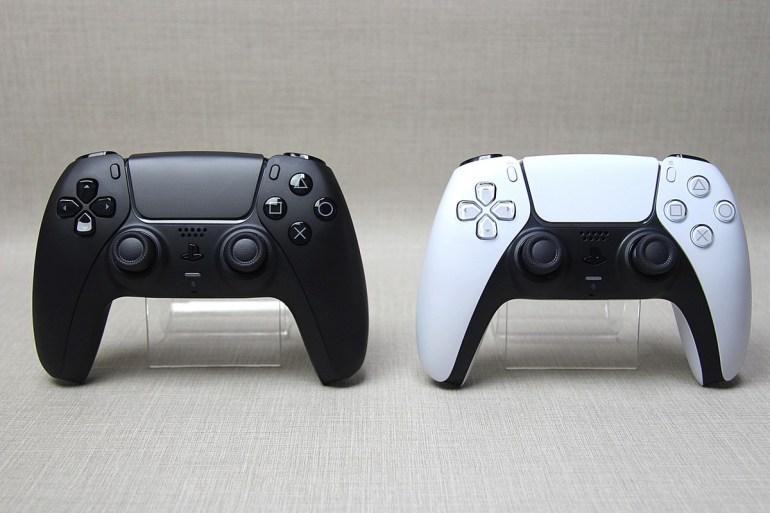 В сети появились реальные фото контроллеров DualSense в красном и черном цветах [+ сравнение с DualShock 4 и геймпадом Xbox]