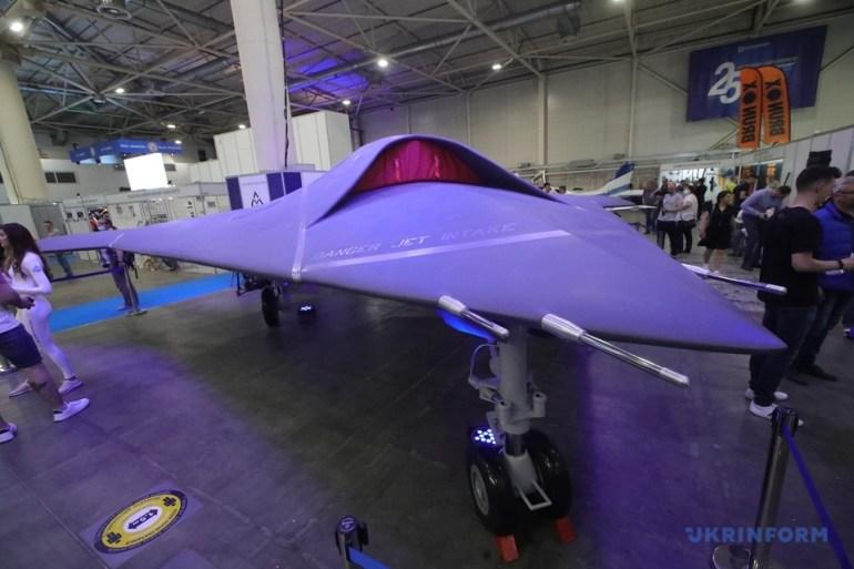 В Україні презентували вітчизняний ударний stealth-дрон ACE ONE: вага - 7,5 т, дальність - 1500 км, висота - 13,7 км, швидкість - 0,95М, боєприпаси - 900 кг [відео]