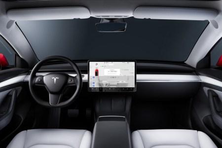 Видео: Автопилот Tesla непрерывно регистрирует фантомные светофоры, передвигаясь по автомагистрали со скоростью 130 км/ч