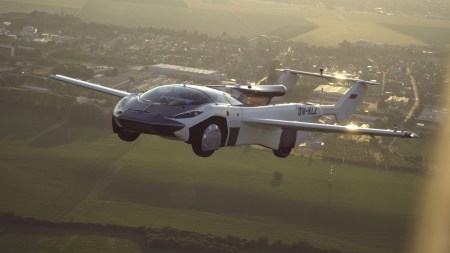 Видео дня: Словацкий летающий автомобиль AirCar Prototype 1 осуществил 35-минутный перелет между Нитрой и Братиславой